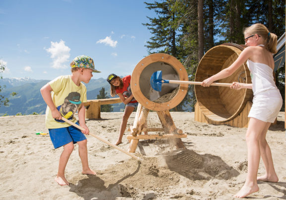 Kinder haben Spaß in der Zillertal Arena