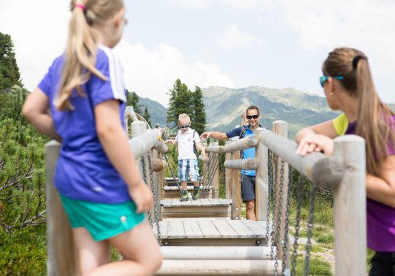 Kinder haben Spaß im Sommer in der Zillertal Arena